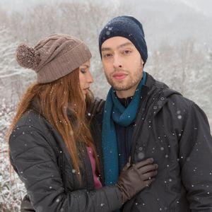 gorro-feito-para-neve-marrom-pompom-trico