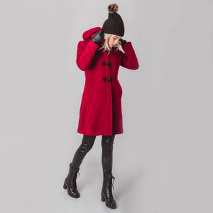 look-de-inverno-com-sobretudo-vermelho-em-la