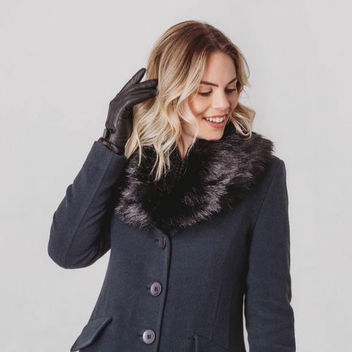 casaco-longo-cinza-chumbo-com-pelo-na-gola