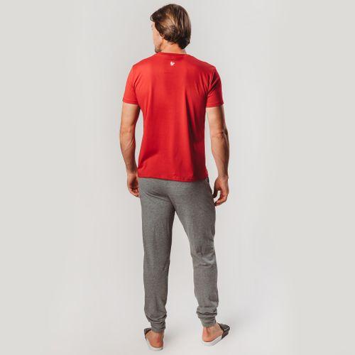 look-com-camiseta-vermelha-e-moletom-cinza