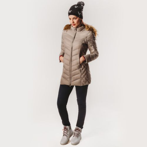 look-de-inverno-fiero-com-bota-branca-e-casaco-bege