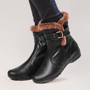 bota-feminina-couro-preto-forrada-em-pelo-marrom-rasteira-fiero